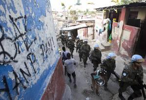 'Paz vigiada'. Soldados da Minustah fazem a patrulha em favela em Cité Soleil, uma das mais pobres do país: alguns temem que segure diminua Foto: Dieu Nalio Chery / AP/22-2-2017