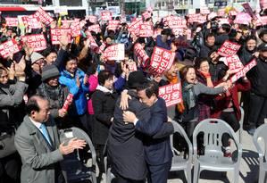 Manifestantes comemoram destituição de Park Foto: STRINGER / REUTERS