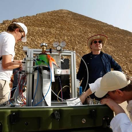 Tecnologia. Pesquisadores preparam equipamentos usados para investigar o interior da Grande Pirâmide de Gizé, onde método já revelou dois espaços vazios antes desconhecidos Foto: Philippe BOURSEILLER