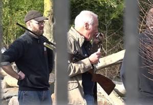 Funcionário carrega rifle, após incidente no zoológico Foto: Festim Beqiri / AP