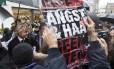 """Campanha. Durante a visita de Wilders à cidade holandesa de Breda, um manifestante levanta um cartaz dizendo: """"Não dê um voto ao ódio e ao medo"""". O candidato da extrema-direita pode ser o mais votado nas eleições de quarta-feira"""