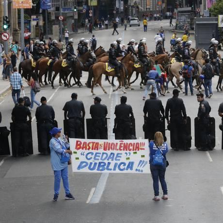 Servidores protestam durante a votação de emendas a projetos de venda da Cedae na Alerj Foto: Domingos Peixoto / Agência O Globo/21-2-2017