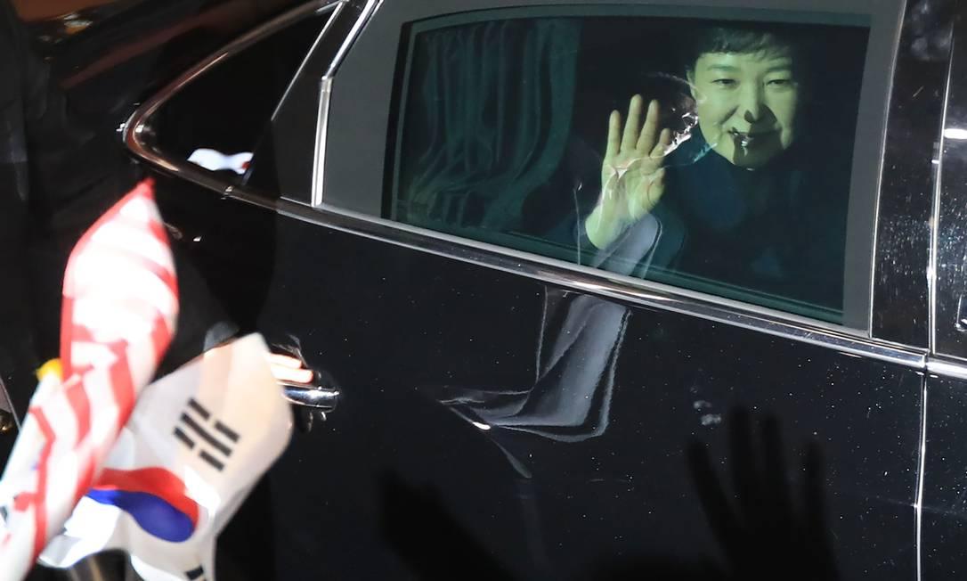 A presidente destituída da Coreia do Sul, Park Geun-Hye, acena de seu carro ao chegar à sua residência privada na capital Seul após deixar a Casa Azul, sede do governo Foto: STR / AFP