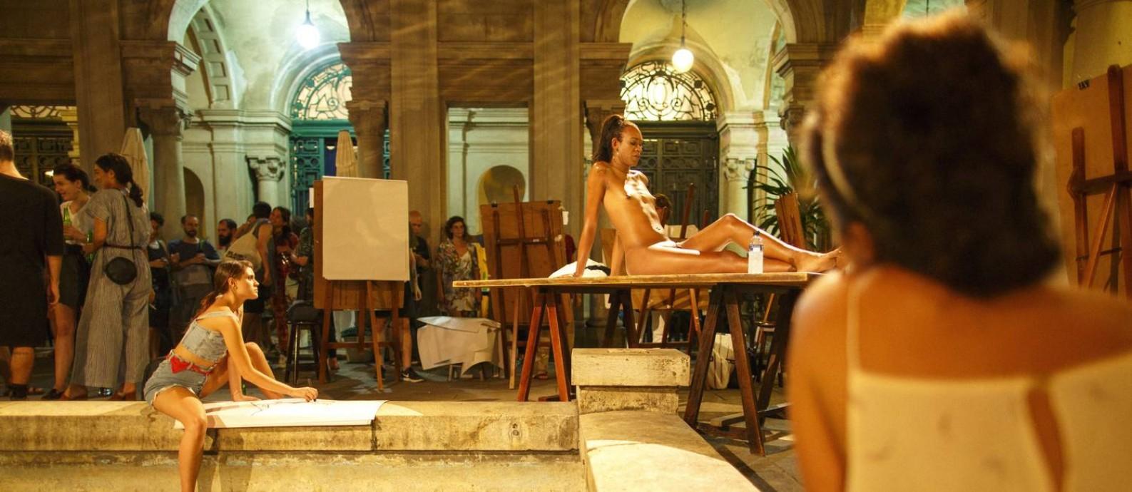 Aula aberta de modelo vivo com a presença da transgênero Naomi Savage Foto: Daniel Marenco / Agência O Globo