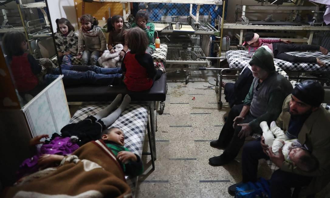 Crianças sírias feridas são atendidas em hospital após ataque aéreo do governo contra Douma, localidade controlada por rebeldes nos arredores da capital Damasco Foto: ABD DOUMANY / AFP