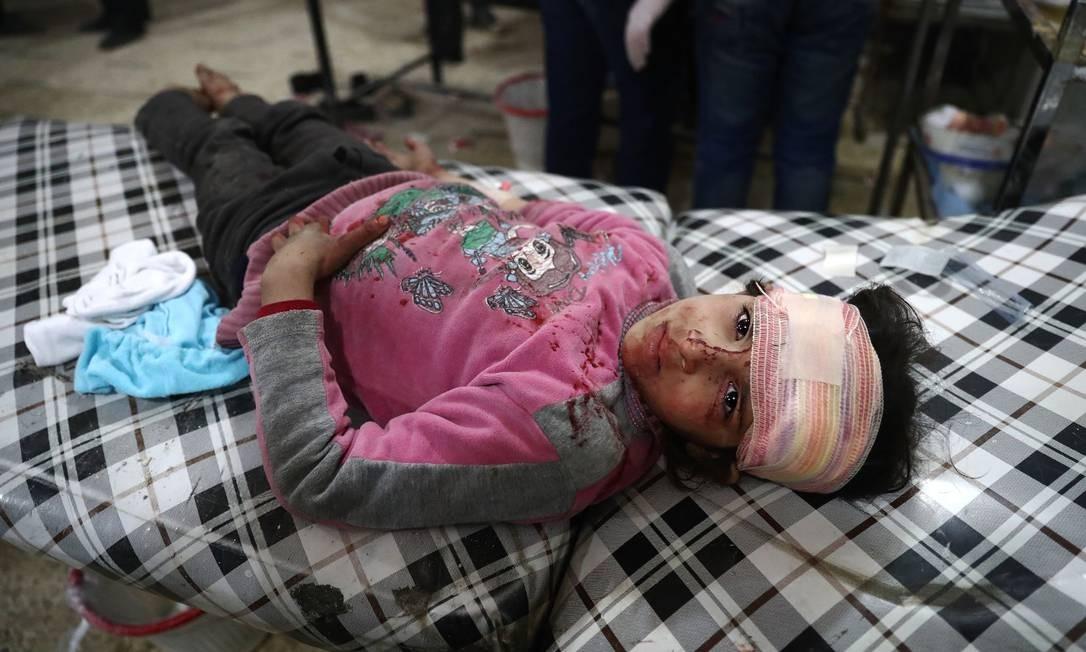 Ferida e descalça, pequena síria olha para câmera de cama de hospital; crianças estão entre as primeiras vítimas da repressão brutal do regime sírio e também de ações dos combatentes da oposição e de grupos extremistas Foto: ABD DOUMANY / AFP