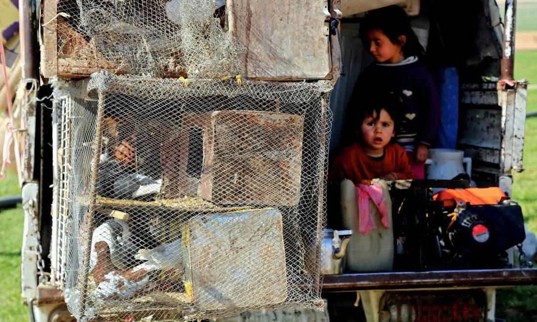 Número de pessoas que foge das cidades em guerra aumenta com a intensificação dos conflitos; especialistas alertam que futuro das crianças sírias fora do país também é preocupante: 2,3 milhões de crianças sírias são refugiadas em outras partes do Oriente Médio Foto: DELIL SOULEIMAN / AFP