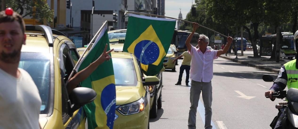 Taxistas protestas em carreata no Centro do Rio Foto: Fabiano Rocha / Agência O Globo