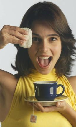 A atriz Miriam Freeland com compressas de chá de camomila Foto: Marcelo Theobald / Agência O Globo