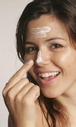 Protetor solar deve estar na rotina diária de cuidados com a pele Foto: Marcos Alves / Agência O Globo