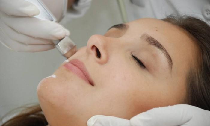 A limpeza de pele deve ser feita por profissionais Foto: Divulgação / Lider Estética