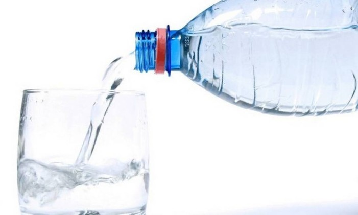 A dermatologista recomenda a ingestão de pelo menos dois litros de água por dia Foto: Divulgação