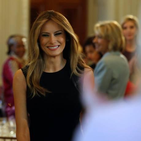 Primeira-dama, Melania Trump, chega ao seu evento inaugural no cargo, um almoço em homenagem ao Dia Internaciona das Mulheres na Casa Branca Foto: JONATHAN ERNST / REUTERS