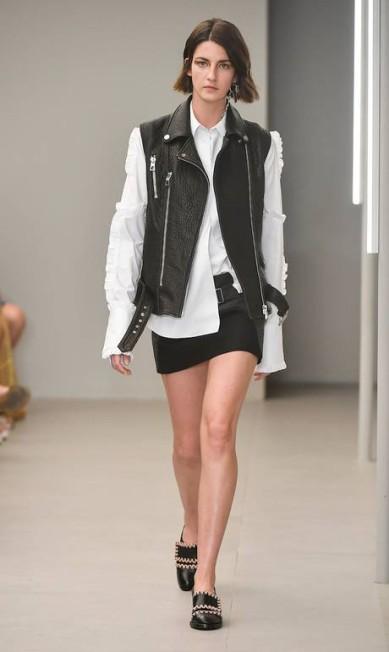 Um clássico do guarda-roupa feminino, a camisa veio com tudo nesta edição da São Paulo Fashion Week, sendo a aposta de grifes como Animale, Uma e Osklen. Só que as marcas deram uma injeção de ânimo no visual do trabalho, repaginando a alfaiataria. Na foto acima, por exemplo, a Animale combinou a peça com um colete de couro MARCELO SOUBHIA / FOTOSITE