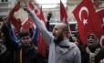 Turcos protestam do lado de fora do consulado holandês em Istambul durante crise diplomática