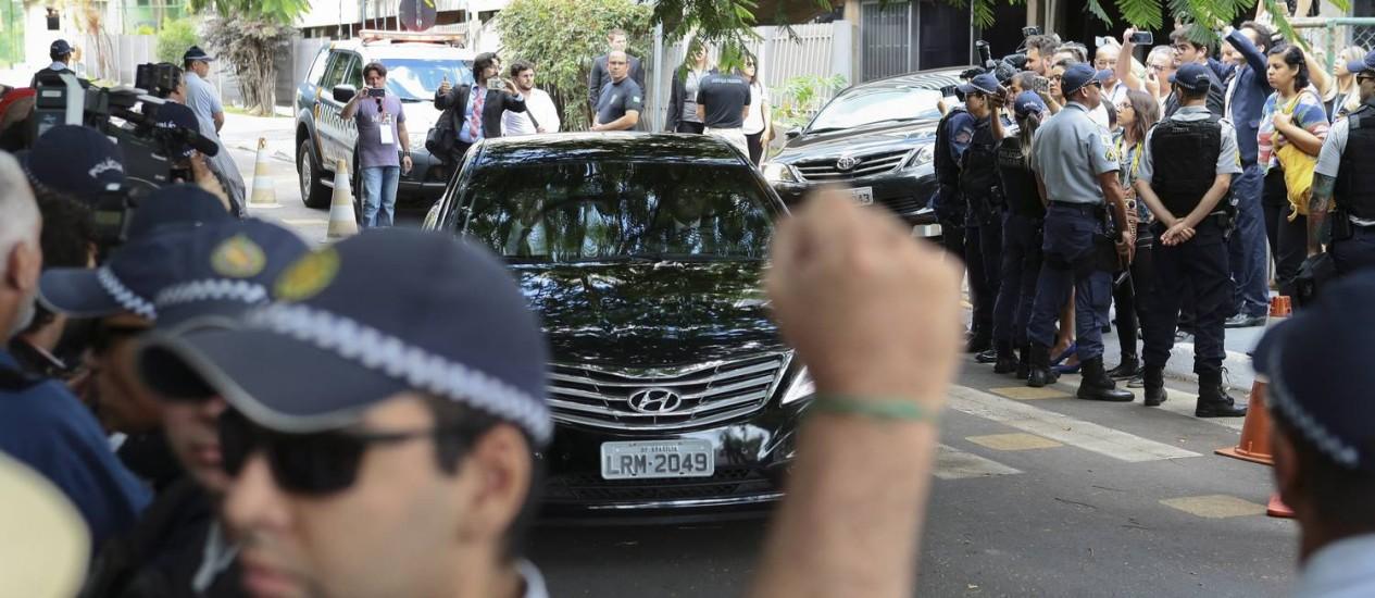 Carro com o ex-presidente Lula é cercado por manifestantes que acompanharam o depoimento do petista em Brasília Foto: Jorge William / O Globo