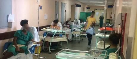 Mães com recém-nascidos no corredor do Miguel Couto. Segundo denúncia, imagem foi foi feita na noite desta segunda-feira Foto: Foto de leitor