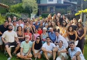 Casa cheia. De cabelos brancos, a nonagenária Helen Mary Kent sorri sentada ao centro, rodeada de filhos, netos, sobrinhos-netos, irmãos e outros parentes no último Natal Foto: ARQUIVO PESSOAL