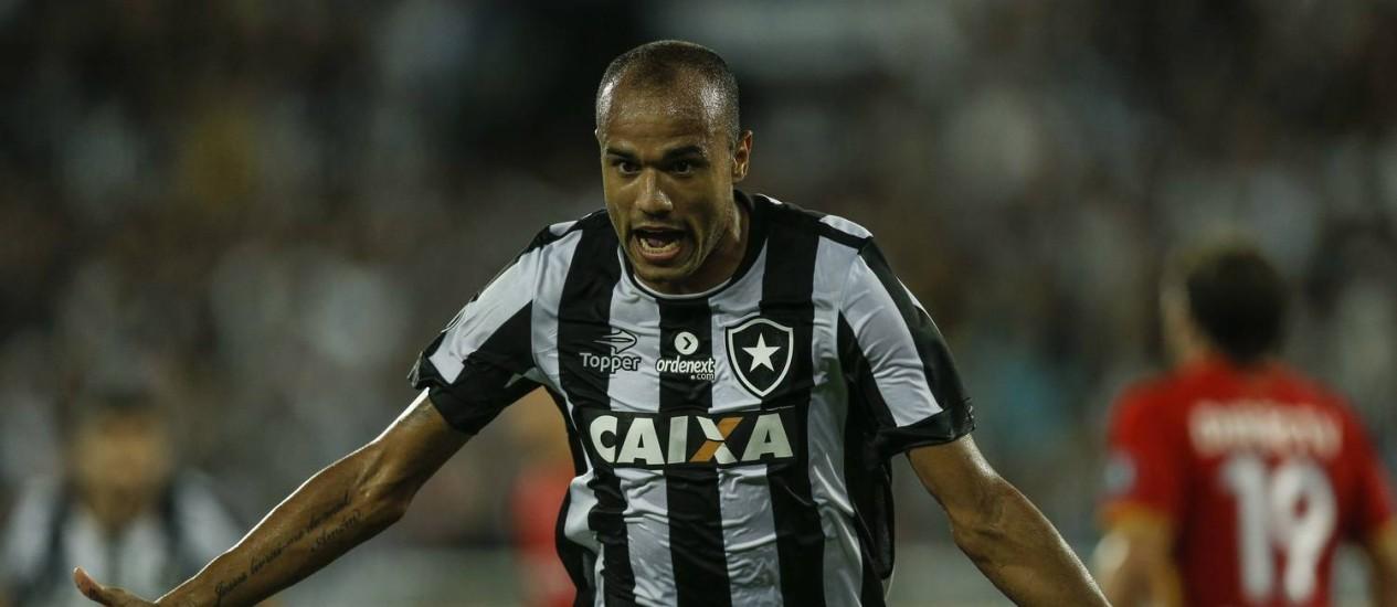 Roger comemora o primeiro gol do Botafogo na vitória sobre o Estudiantes Foto: Alexandre Cassiano
