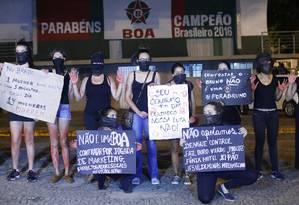 Protesto. Um grupo mulheres faz manifestação contra a contratação do goleiro Bruno pelo Boa Esporte Foto: Marcos Alves/Agência O Globo