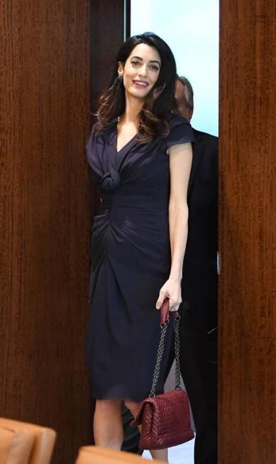 """O guarda-roupa de grávida da advogada Amal Clooney foi estimado em 168 mil libras (cerca de R$ 645 mil) pelo tabloide britânico """"Daily Mail"""". Cifras à parte, ela - que está com seis meses de uma gravidez de gêmeos -, dá um show de estilo, seja nas ocasiões formais como em reuniões de trabalho (na foto acima) ou em bailes de gala na companhia do marido George Clooney ANGELA WEISS / AFP"""