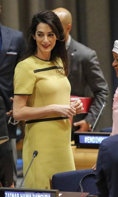 Para seu discurso na sede da Organização das Nações Unidas (ONU), no início de março, em Nova York, ela escolheu um Bottega Veneta, que vinha acompanhado ainda de um trench coat, usado para chegar e sair do prédio. O conjunto custa em média 3 mil libras (cerca de R$ 11 mil) KENA BETANCUR / AFP