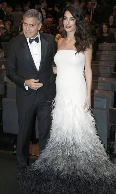 No fim de fevereiro, Amal mostrou como é possível ser uma grávida elegante até num baile de gala. Ela acompanhou o marido no prêmio César, o Oscar do cinema francês, num Atelier Versace poderoso estimado em 120 mil libras (cerca de R$ 456 mil) Thibault Camus / AP