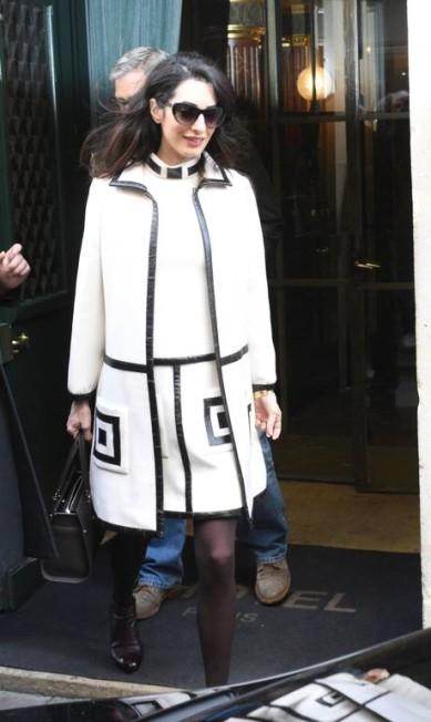 Amal deixou o hotel Ritz, de Paris, usando este vestido e trench William Vintage. AKMG / AKM-GSI