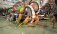 Desgovernado, carro alegórico da Paraíso do Tuiuti, que levou para a Avenida as cores do tropicalismo, imprensou pessoas contra as grades da Sapucaí, deixando 20 feridos no primeiro dia de desfiles no Sambódromo
