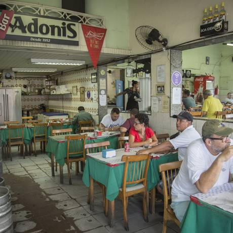 O tradicional Bar Adonis, em Benfica: meio século de história e referência na região Foto: Analice Paron / Agência O Globo