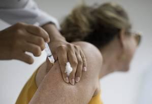 Vacinação contra a febre amarela no posto de saúde do Catete Foto: Márcia Foletto - 13/03/2017 / Agência O Globo