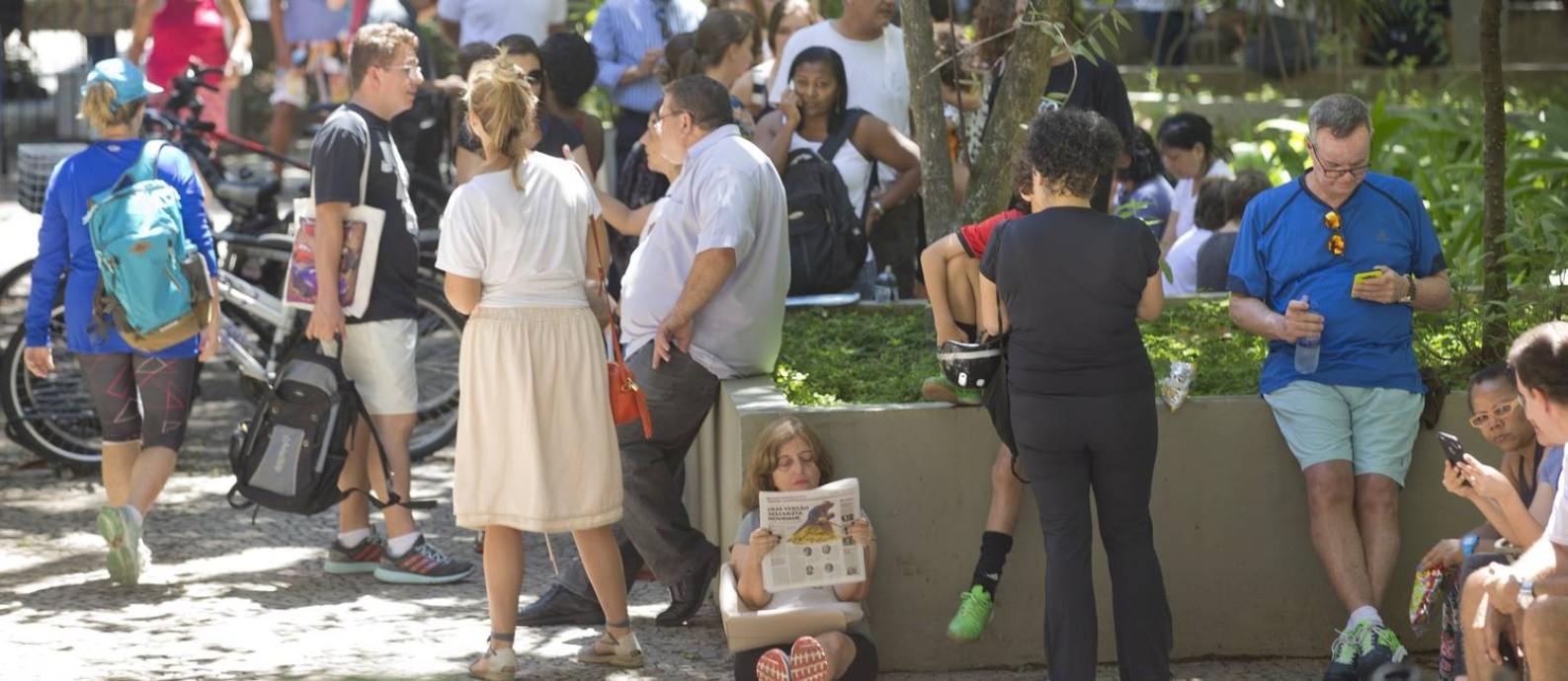 Fila para pegar as senhas para a vacinação no posto de saúde da Gávea Foto: Márcia Foletto / Agência O Globo