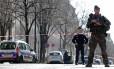 Policial e soldado bloqueiam o acesso ao Fundo Monetário Internacional (FMI), onde um envelope explodiu em Paris