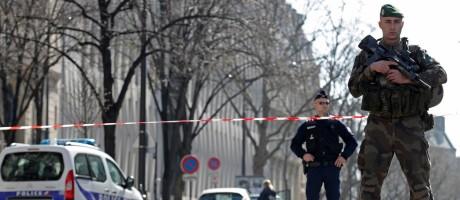 Policial e soldado bloqueiam o acesso ao Fundo Monetário Internacional (FMI), onde um envelope explodiu em Paris Foto: CHRISTIAN HARTMANN / REUTERS