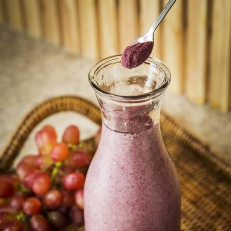 Batidão. Suco de banana, maçã, leite de castanha e farinha de casca de semente de uva orgânica Foto: Guito Moreto / Agência O Globo