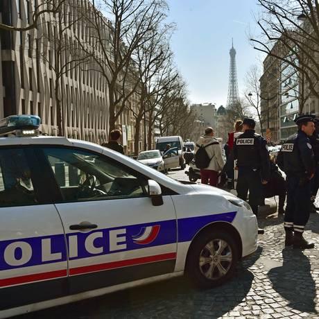 Policiais fecham perímetro em torno da sede do FMI Foto: CHRISTOPHE ARCHAMBAULT / AFP