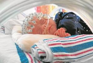 Rede de 128 eletrodos mede reação cerebral a sopro de ar suave na pele: resposta mental foi maior entre bebês nascidos a termo, após gestação de 38 a 42 semanas Foto: Divulgação