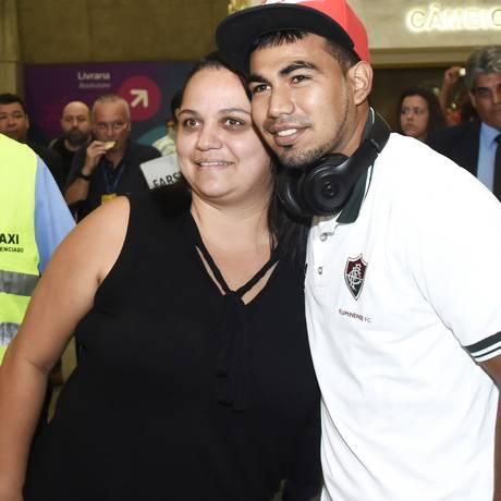 Meia Sornoza posa com uma torcedora no desembarque do Fluminense Foto: Mailson Santana