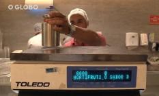 Auxiliar técnico do Ipem/RJ faz verificação de balança Foto: Reprodução/Vídeo