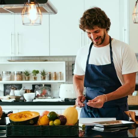 Antonio Mendes na cozinha da sua casa, em São Paulo Foto: Roberto Seba / Roberto Seba