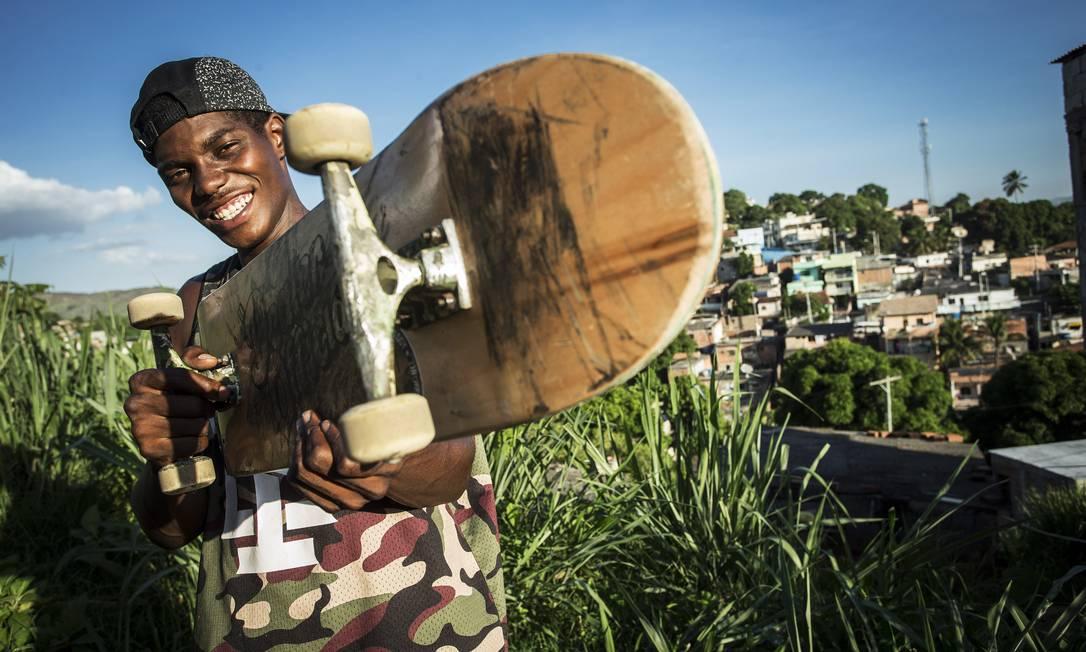 Anderson Stevie com sua arma, o skate, em uma comunidade de São Gonçalo Guito Moreto / Agência O Globo