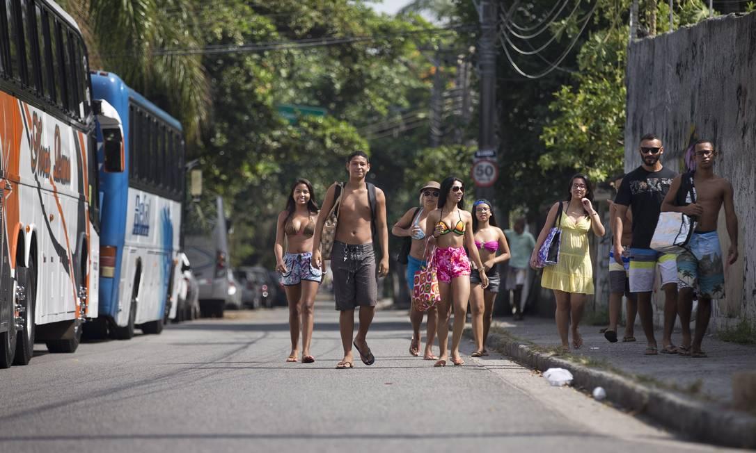 Grupo de amigos de Irajá passa por ônibus de turismo a caminho da praia Márcia Foletto / Agência O Globo