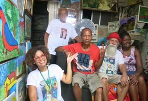 Natácia Dias com vizinhos que são personalidades na CDD Foto: Carolina Callegari / Agência O Globo