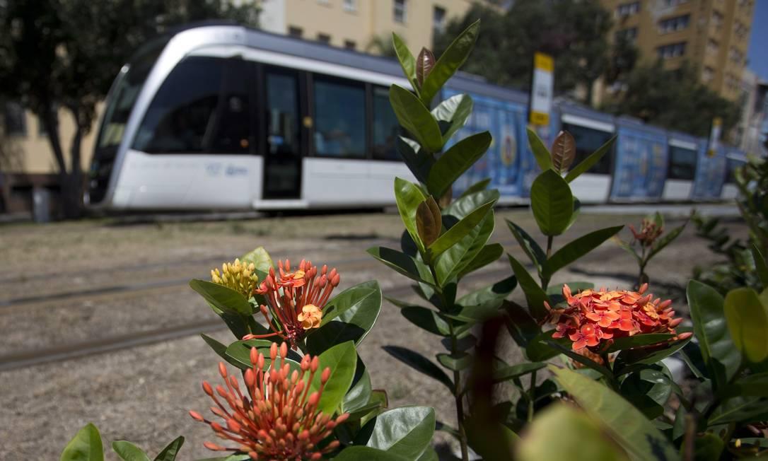 VLT passa por flores no Boulevard Olímpico Márcia Foletto / Agência O Globo