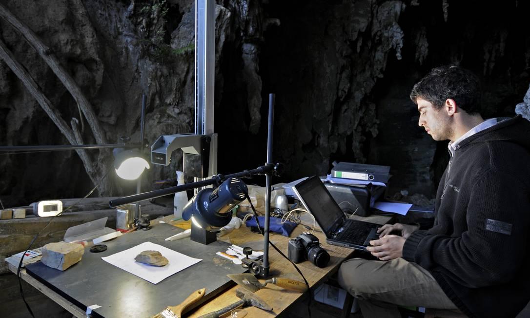 O palearqueólogo André Strauss, um dos autores do estudo, durante trabalho no campo Foto: ADRIANO GAMBARINI / Adriano Gambarini