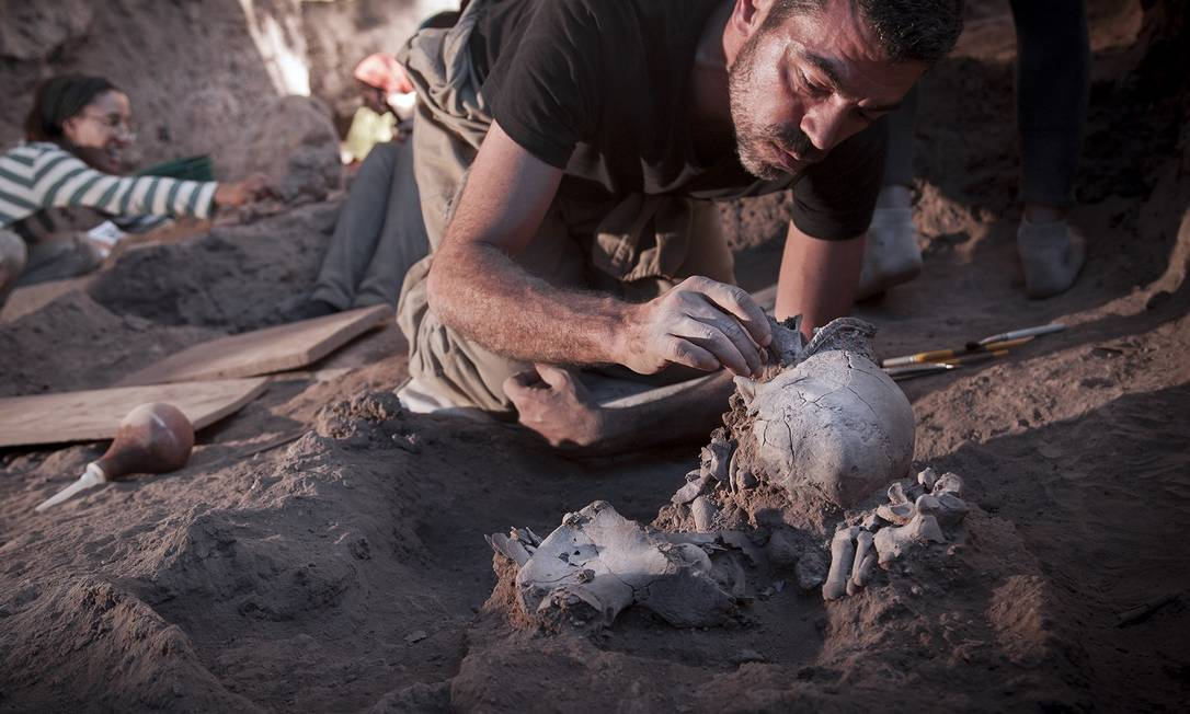 Arqueólogo exuma uma ossada em Lapa do Santo Foto: Mauricio de Paiva