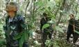 Agentes da Guarda Ambiental de Casimiro de Abreu procuram primatas em uma mata próxima ao local onde morava a primeira vítima da febre amarela no Estado do Rio