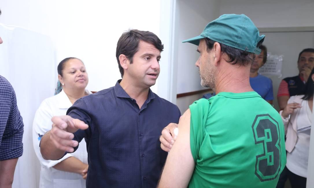 O secretário estadual de Saúde, Luiz Antônio Teixeira Jr, durante visita a posto de saúde de Petrópolis Foto: Fabiano Rocha / Agência O Globo