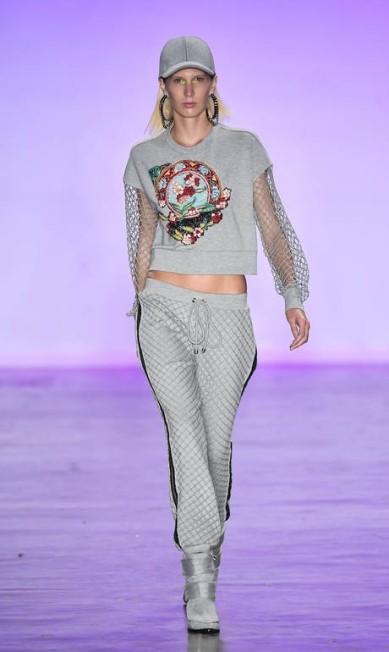 A estilista Patrícia Bonaldi levou para a PatBo um streewear requintado, com bordados e detalhes de luxo. O moletom apareceu tanto no desfile da marca quanto no da Memo Fotosite