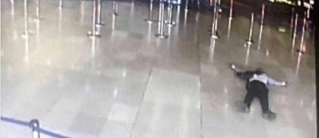 Imagens do circuito interno de segurança do aeroporto mostram o atacante após ser baleado por soldados Foto: HANDOUT / REUTERS